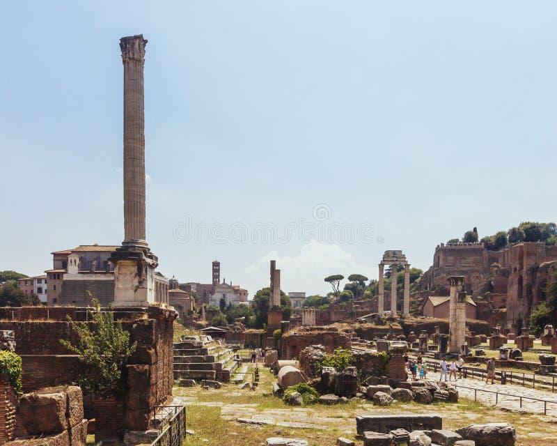 Colonne e rovine di Roman Forum a Roma, Italia immagine stock