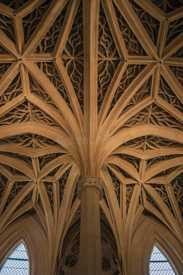 Colonne e soffitto nello stile gotico in Cluny Museum, a Parigi fotografie stock libere da diritti