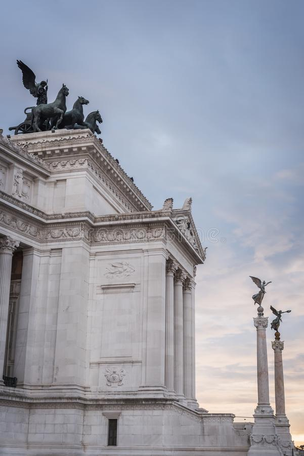 Colonne e statue all'entrata del monumento di Vittorio Emanuele II a Roma immagine stock