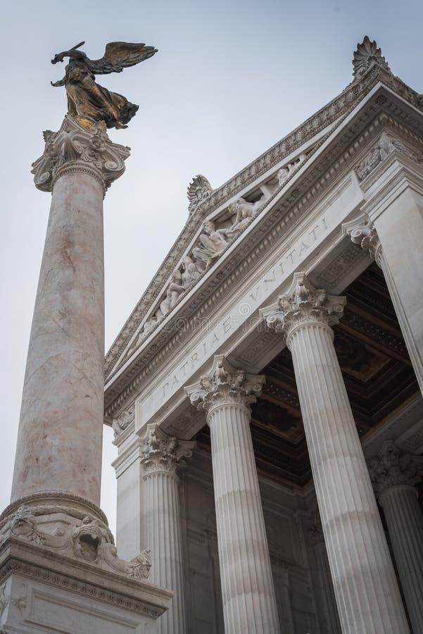 Colonne et statue à l'entrée du monument de Vittorio Emanuele II à Rome photographie stock libre de droits