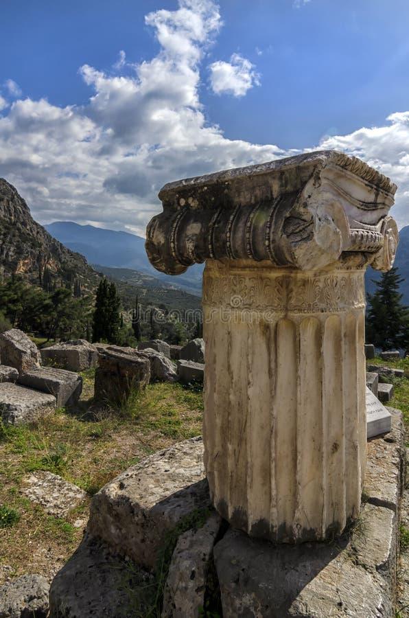 Colonne ionique d'ordre dans le site archéologique de Delphes en Grèce photographie stock libre de droits