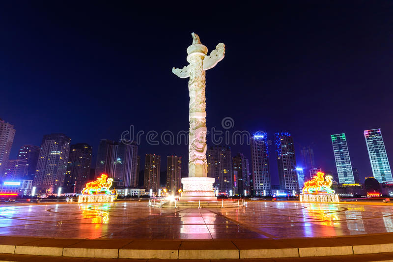 Colonne ornementale dans la place de Xinghai, Dalian Chine photos stock
