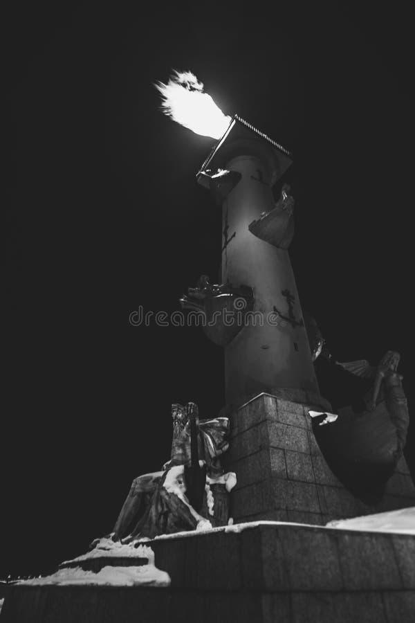 Colonne Rostral à St Petersburg avec le feu photo libre de droits