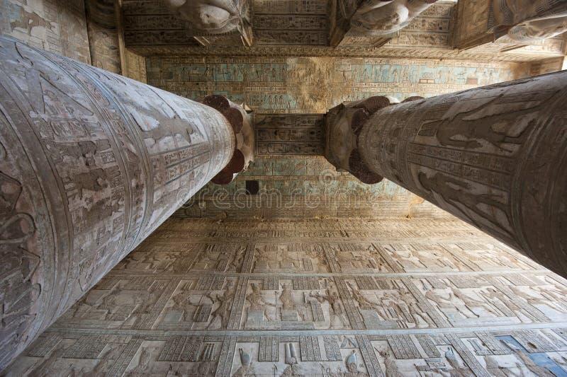Colonne in un tempiale egiziano antico fotografia stock