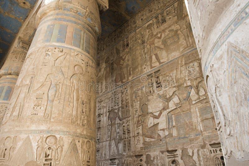 Colonne in un tempiale egiziano antico immagine stock libera da diritti