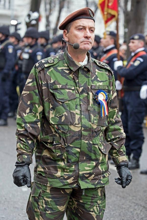 Colonnello, testa della parata militare, ispeziona le truppe fotografie stock libere da diritti