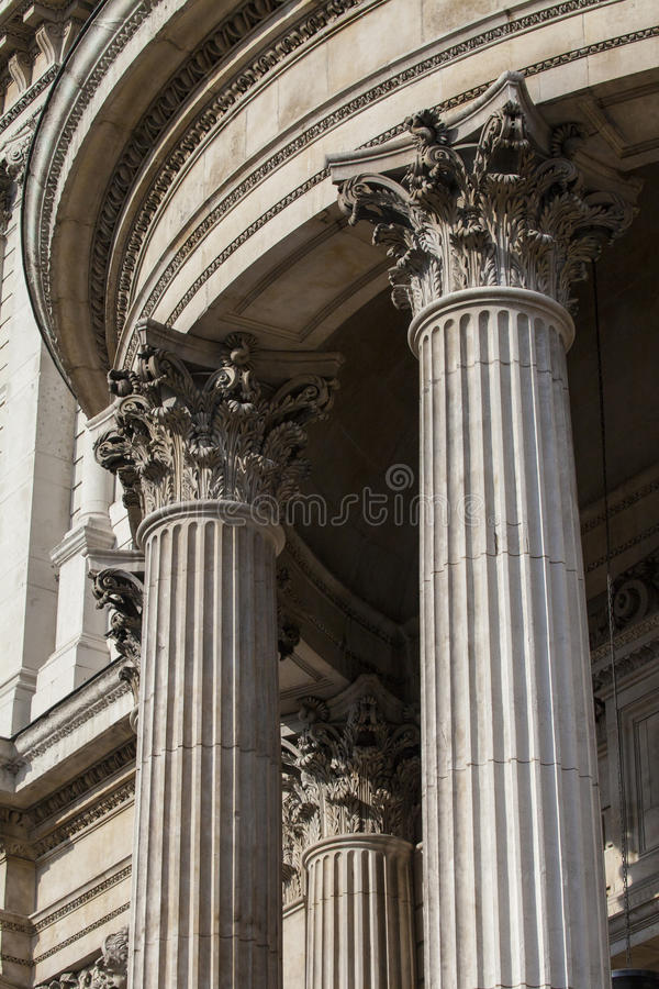 Colonnes à la façade du sud de St Pauls Cathedral image libre de droits