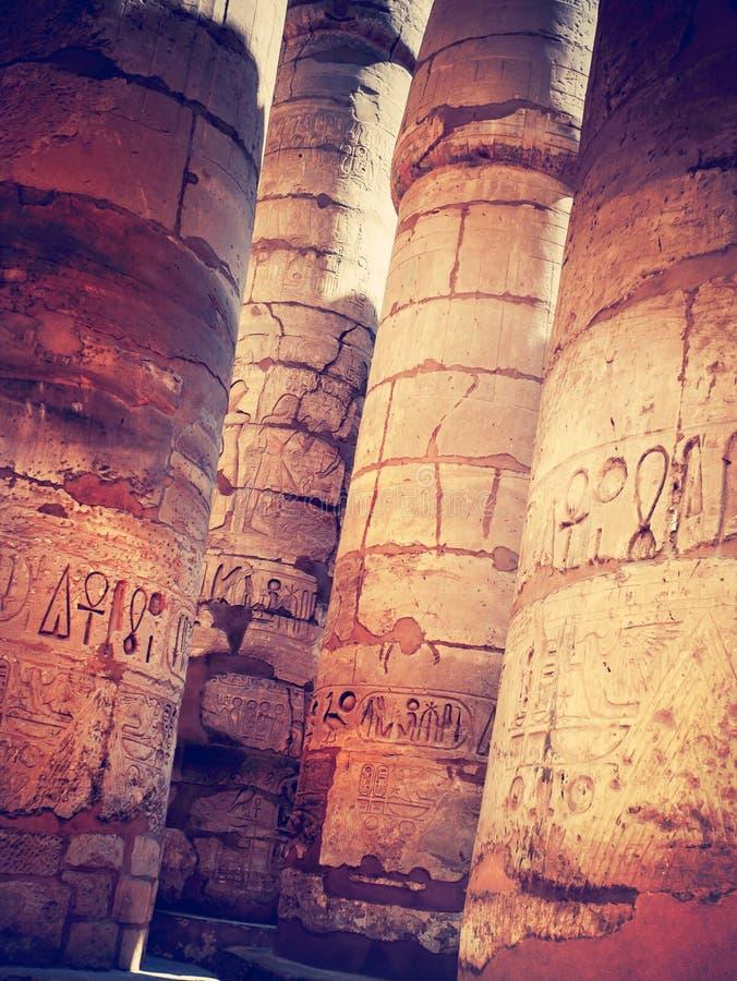 Colonnes antiques avec les hiéroglyphes égyptiens photos libres de droits
