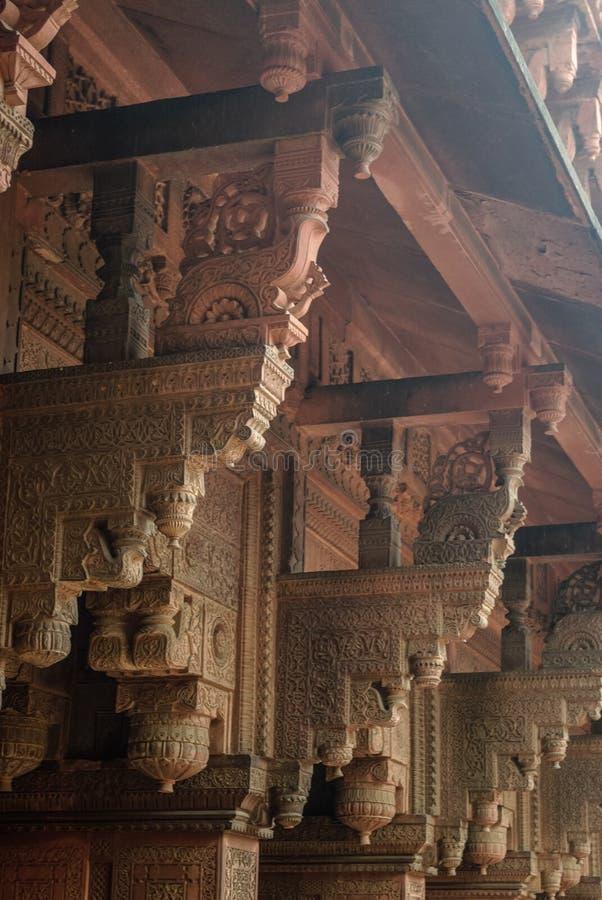 Colonnes avec la pierre découpant dans Jahangiri fort de Mahal, Âgrâ, Uttar photographie stock libre de droits