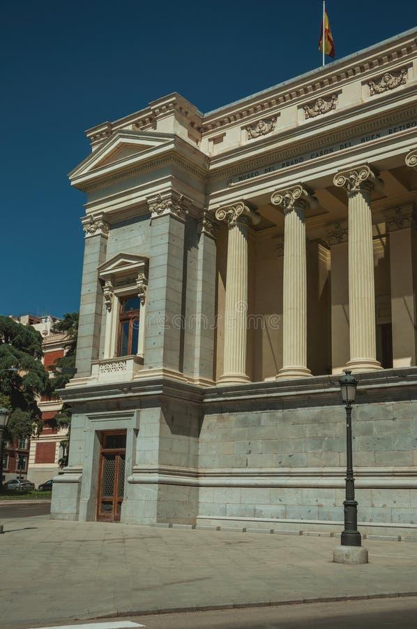 Colonnes avec les capitaux ioniques sur la façade du bâtiment à Madrid image libre de droits
