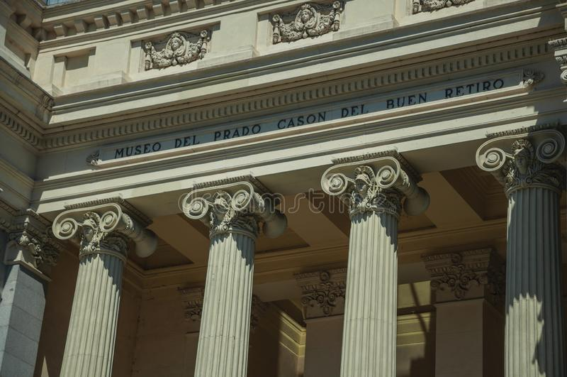 Colonnes avec les capitaux ioniques sur la façade du bâtiment à Madrid image stock