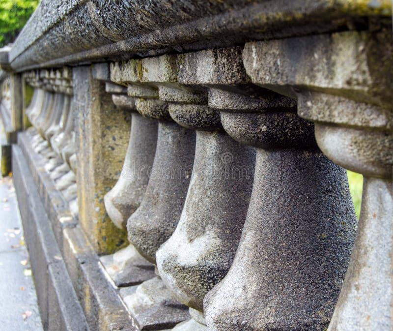 Colonnes concrètes humides image stock