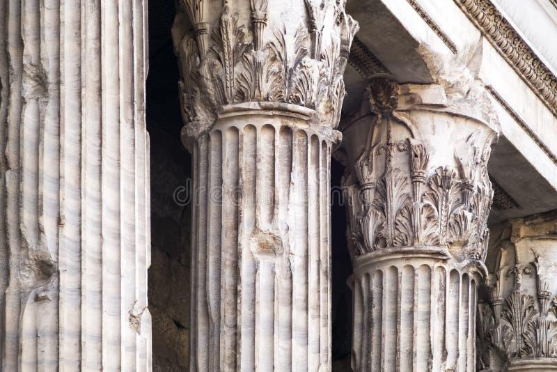 Colonnes corinthiennes du temple antique du ` s d'Adriano images libres de droits