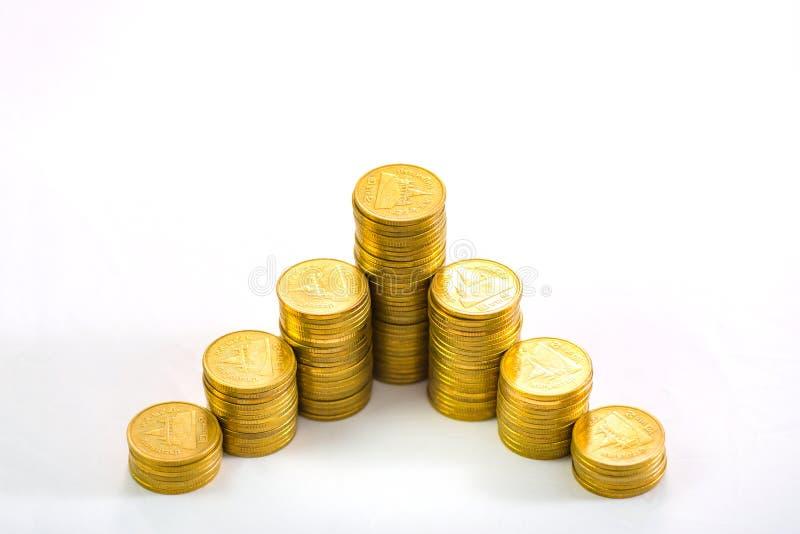 Colonnes croissantes des pièces de monnaie, piles des pièces d'or disposées comme g photos stock
