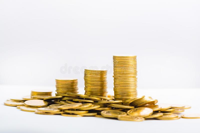 Colonnes croissantes des pièces de monnaie, piles des pièces d'or disposées comme g photo libre de droits