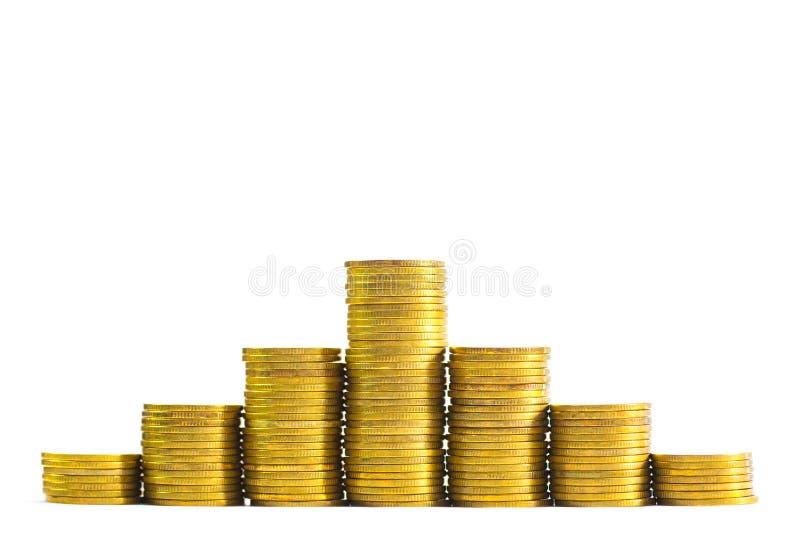 Colonnes croissantes des pièces de monnaie, piles des pièces d'or disposées comme g image stock
