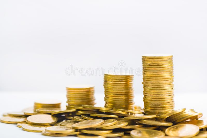 Colonnes croissantes des pièces de monnaie, piles des pièces d'or disposées comme g photographie stock