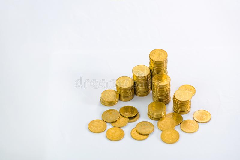 Colonnes croissantes des pièces de monnaie, piles des pièces d'or disposées comme g photographie stock libre de droits
