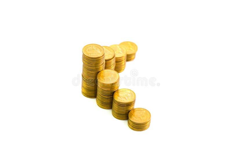 Colonnes croissantes des pièces de monnaie, piles des pièces d'or disposées comme g images stock