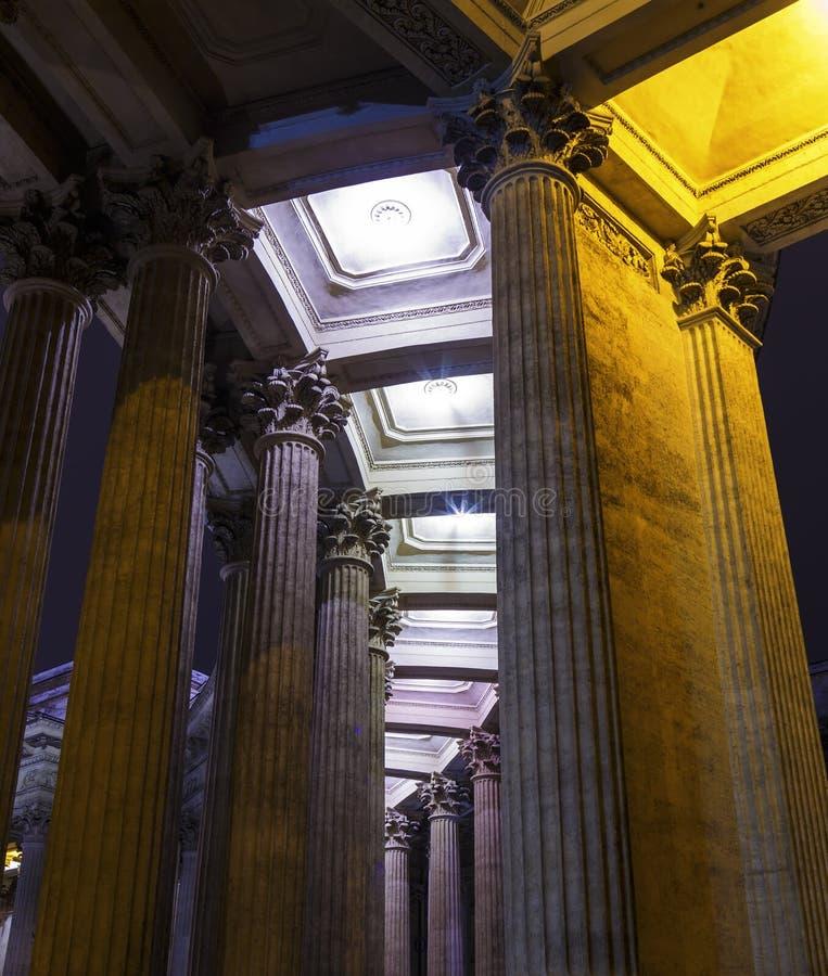 Colonnes d'architecture de la colonnade de cathédrale de Kazan dans le St Petersbourg, Russie photo stock