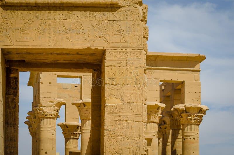 Colonnes dans le kiosque de Trajan Temple de Philae photographie stock libre de droits