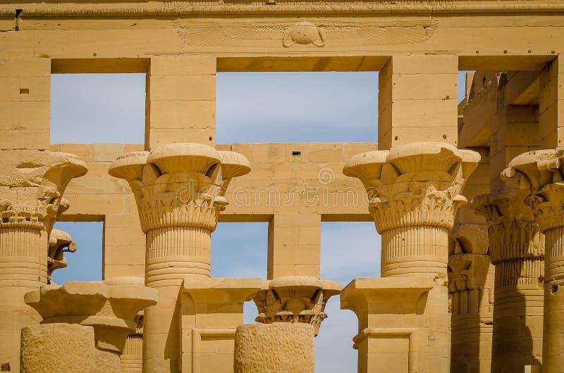 Colonnes dans le kiosque de Trajan Temple de Philae photos stock