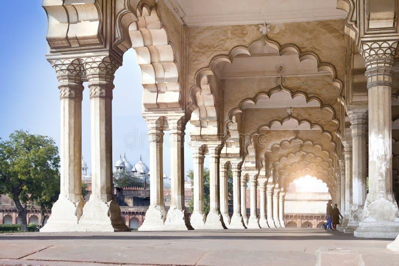 Colonnes dans le palais - Inde rouge de fort d'Âgrâ images stock