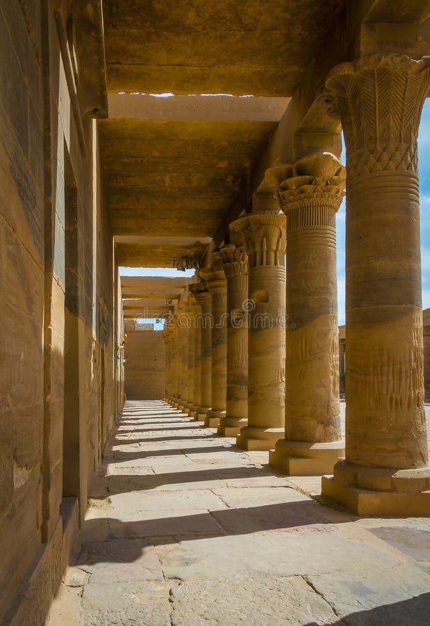 Colonnes dans le temple de Philae, temple d'ISIS photos stock