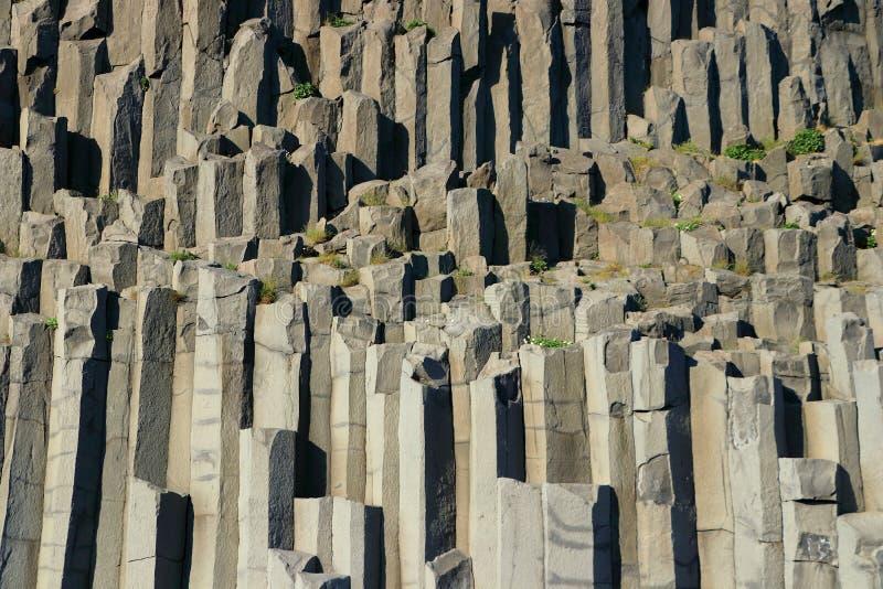 Colonnes de basalte dans même la lumière à la plage de Reynisfjara, Islande du sud photo stock