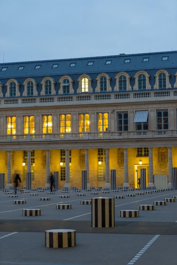 Colonnes de Buren в Palais Royal Париже стоковое изображение