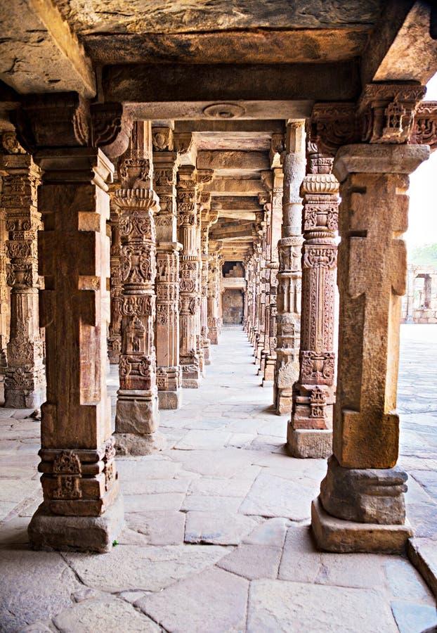 Colonnes de grès chez Qutab Minar, Delhi, Inde image libre de droits