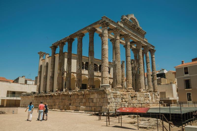 Colonnes de marbre dans le temple de Diana et de personnes à Mérida photo stock