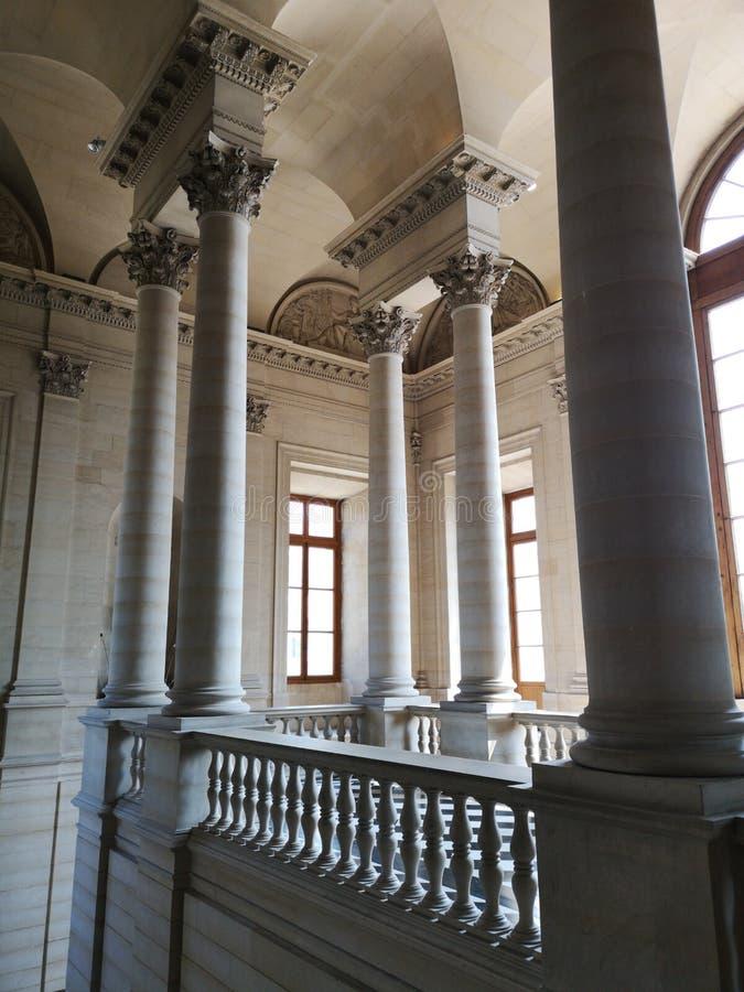 Colonnes de musée de Louvre à Paris, France images stock