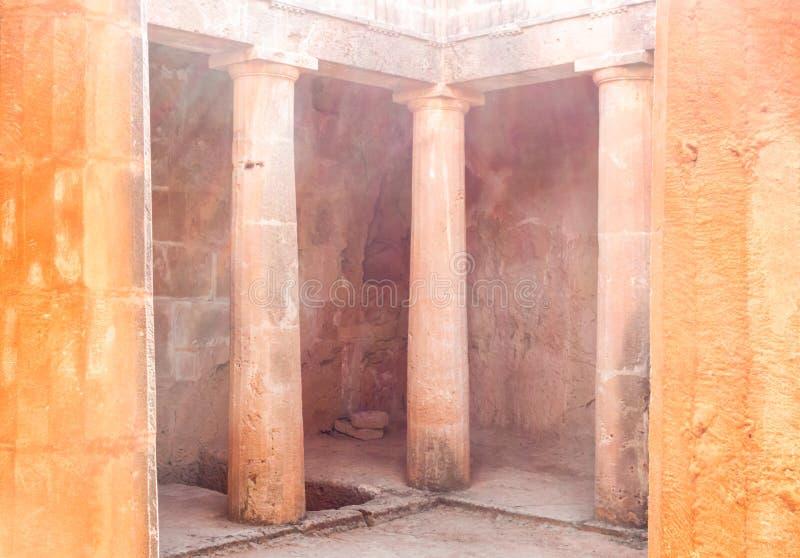 Colonnes de pierre dorique dans les tombeaux des rois, Paphos, Chypre photos stock