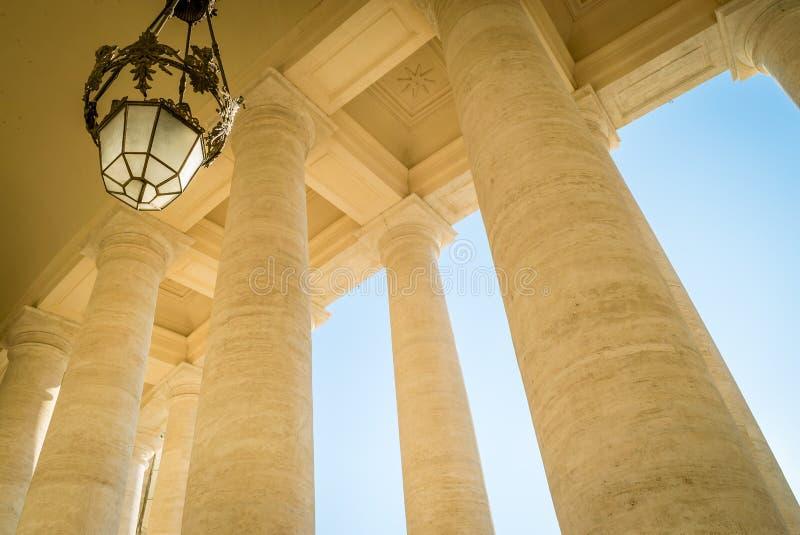 Colonnes de place de St Peter images stock