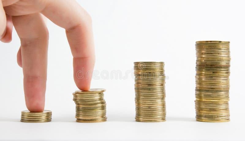 Colonnes des pièces d'or et en argent d'isolement sur le fond blanc Concept d'argent, la banque d'investissement image libre de droits