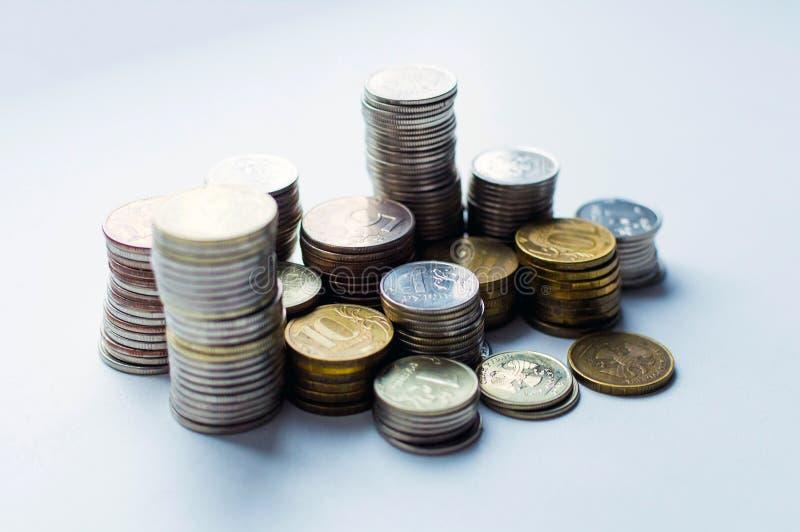 Colonnes des pièces de monnaie, piles des pièces de monnaie disposées sur le fond blanc, idée d'opérations bancaires d'affaires F photo stock