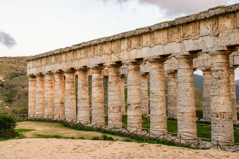 Colonnes du grec ancien de temple dans Segesta, Sicile photographie stock libre de droits