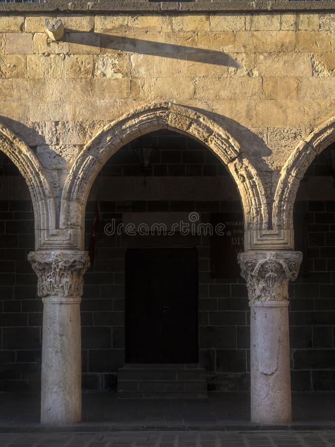 Colonnes en pierre dans la mosquée historique dans la mosquée d'ulu de diyarbakir Turquie images libres de droits