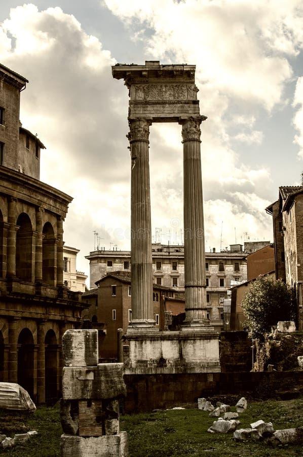Colonnes en pierre dans les forum impériaux de l'empereur Augustus photos stock