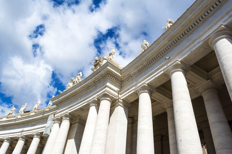 Colonnes en place du ` s de St Peter, Ville du Vatican photos stock