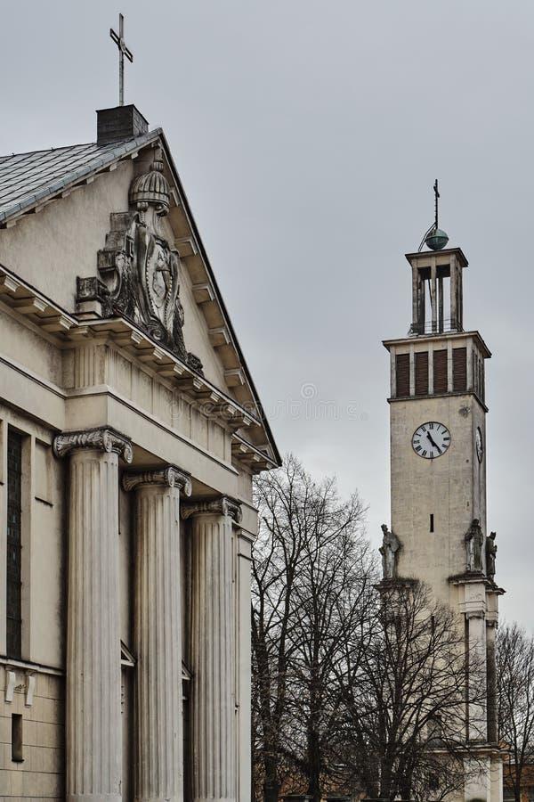 Colonnes et campanile néoclassiques avec des statues photo libre de droits