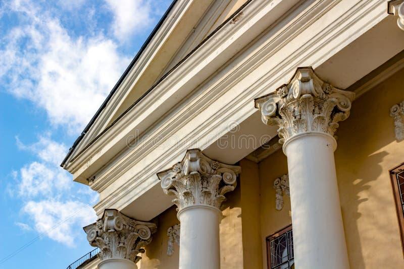 Colonnes et capital - l'élément architectural de beaucoup de bâtiments soviétiques dans le style d'empire images libres de droits