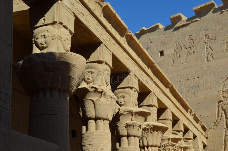 Colonnes et mur du temple de Philae, Egypte antique photographie stock libre de droits