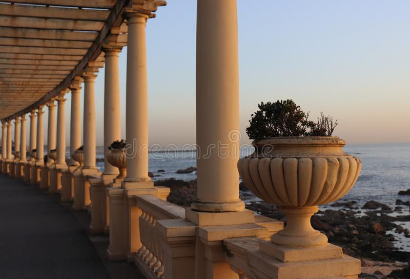 Colonnes et pot par la mer photographie stock