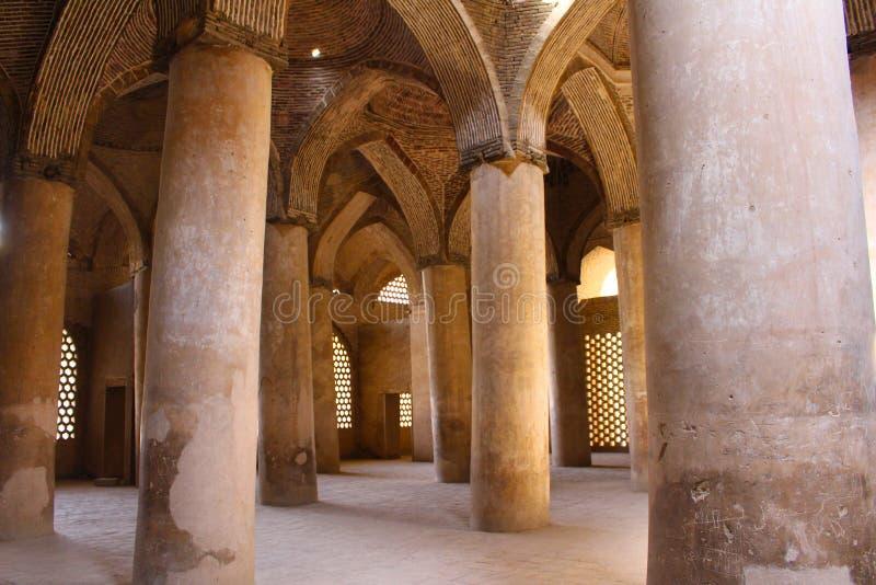 Colonnes et voûtes dans la mosquée de Jameh d'Isphahan, Iran photo libre de droits