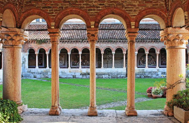 Colonnes et voûtes dans le cloître médiéval du saint Zénon photo libre de droits