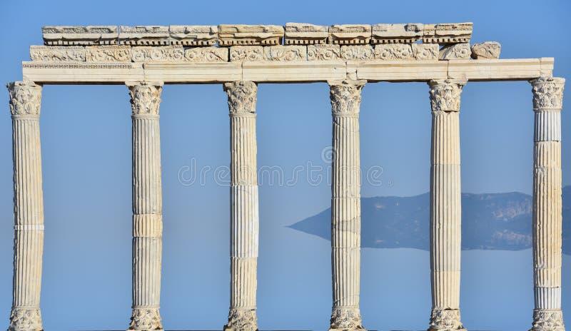 Colonnes romaines et position imposante image stock
