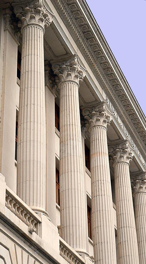 Colonnes sur une banque centrale images libres de droits