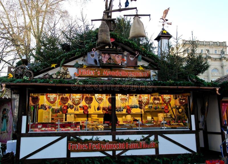 Coloqúese con el pan de jengibre y los dulces en la Navidad justa imagen de archivo
